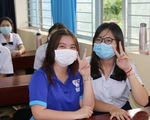 Học sinh háo hức đến trường sau thời gian dài nghỉ do dịch COVID-19
