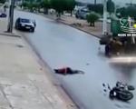 Phóng xe máy 'bạt mạng', nam thanh niên đâm trực diện vào máy xúc