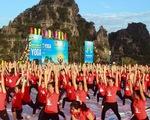 Gần 3.000 người đồng diễn yoga bên Vịnh Hạ Long