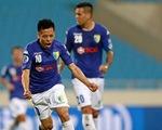 AFC Cup: Thắng sát sao tiền đạo Malaysia, Văn Quyết giành giải 'Pha tung người sút bóng đẹp nhất'