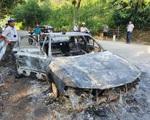 Xe ô tô bỗng nhiên bốc cháy, hai cha con thoát nạn trong gang tấc
