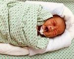 Cứu bé sơ sinh bị bỏ rơi, có thể đã nằm dưới hố ga 2 - 3 ngày giữa trời nắng nóng