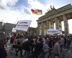 Biểu tình phản đối các biện pháp kiềm chế dịch COVID-19 tại Berlin, Đức