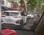 Clip: Ô tô chạy ngược chiều bị ép lùi trên đoạn đường dài
