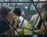 Hà Nội: Quán bia vẫn 'nhộn nhịp' bất chấp dịch COVID-19 lây lan nhanh