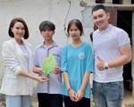 Hồng Diễm phim 'Hướng dương ngược nắng' cuốc đất, tặng học bổng cho 2 em nhỏ ở Tam Điệp, Ninh Bình