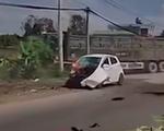 Ô tô con sang đường bất cẩn bị xe ben tông nát đầu, bốc cháy