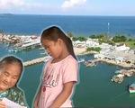Cụ bà 85 tuổi bỏ phố ra đảo tình nguyện đưa đón trẻ tới trường