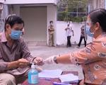 Người lao động nghèo gặp khó khăn do ảnh hưởng dịch COVID-19 xúc động nhận tiền hỗ trợ