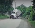 Xe đầu kéo lật nghiêng do phóng nhanh khi vào cua