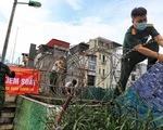 Lập hàng rào dây thép gai dọc đường Hồng Hà khu vực phong tỏa cả phường Chương Dương (Hà Nội)
