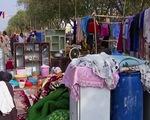Thiếu tiền, người dân Afghanistan phải mang đồ dùng ra chợ bán
