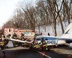 Máy bay hạ cánh khẩn cấp xuống đường cao tốc ở New York