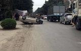 Ô tô lật bay như phim hành động sau khi tông vào xe khác
