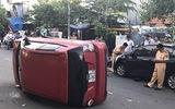 Thiếu niên 17 tuổi lái ô tô đâm nhiều xe máy trước khi xe lật nhào