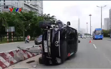 """Bị xe bus """"cắt đầu"""", ô tô 7 chỗ lật nhào trên xa lộ Hà Nội"""