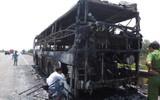 Xe khách bốc cháy trên đường, nhiều người tháo chạy