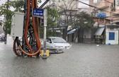 Mưa lớn ở Đà Nẵng: Hàng loạt ô tô, xe máy bị nhấn chìm trong biển nước