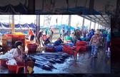 Khánh Hòa: Hàng trăm ngư dân vẫn tụ tập mua bán ở cảng cá