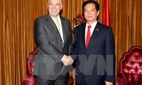 Prime Minister greets Duke of York in Singapore