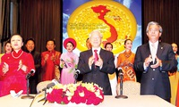 Party Leader meets with overseas Vietnamese delegation