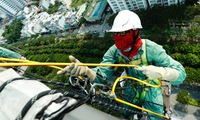 Window cleaners work with danger