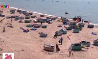 Fishermen in Ba Ria-Vung Tau collect garbage at sea