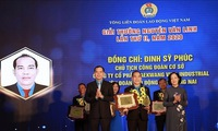 Outstanding trade union officials receive Nguyen Van Linh Award