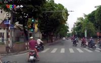 Clip: Vượt đèn đỏ, thanh niên lái xe máy bị ô tô húc văng