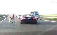 Clip: Công nhân làm việc giữa cao tốc suýt bị ô tô đâm