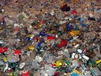 Bolivia tái chế rác thải nhựa thành đồ dùng trường học