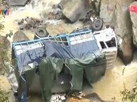 Lào Cai: Xe tải lao xuống vực do sương mù, mặt đường trơn
