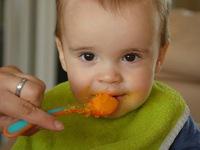 Vì sao nên tập cho trẻ ăn rau quả trước 14 tháng tuổi?