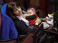 Nữ nghị sĩ Argentina cho con bú khi đang họp Quốc hội