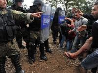 Cảnh sát Macedonia dùng bạo lực với người di cư