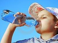 Trẻ nghiện nước uống đóng chai cực kỳ nguy hiểm