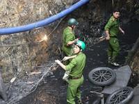 Bùn than vẫn lấp đầy đường hầm bị sập ở Hòa Bình