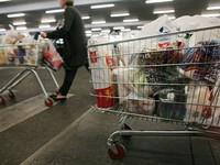 Người mua sắm phải trả phí sử dụng túi nilon ở Anh