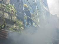 TP.HCM: Chữa cháy nhà dân, 1 chiến sỹ bị thương phải cấp cứu