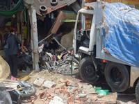 TP.HCM: Xe ben lao vào nhà dân, 2 người tử vong