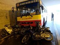 Xe bus tông hàng loạt xe máy trú mưa dưới hầm Kim Liên, Hà Nội