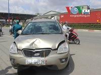 Ô tô 'điên' đâm hàng loạt xe máy trên xa lộ Hà Nội
