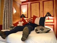 Khám phá khách sạn cho du khách ngủ giữa hai quốc gia