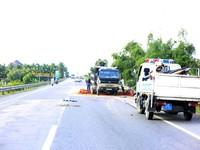 Quảng Nam: Xe tải nổ lốp, lật ngang đường