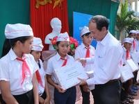 Tặng 1.600 bộ sách giáo khoa cho học sinh 4 tỉnh miền Trung