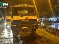 TP.HCM: Vướng áo mưa ngã xuống đường bị xe cuốn vào gầm