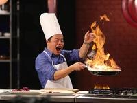 Giám khảo Vua đầu bếp nhí thích thú 'đùa' với lửa