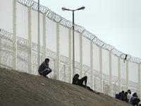 Nước Anh xây tường rào 4m ngăn người di cư