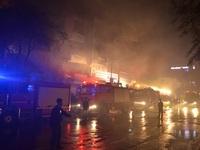 TP.HCM: Cảnh sát cứu hai mẹ con kẹt trong căn nhà bốc cháy