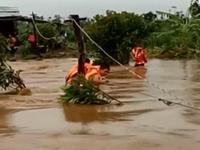 Bộ đội biên phòng cứu 6 người dân bị mắc kẹt do mưa lũ